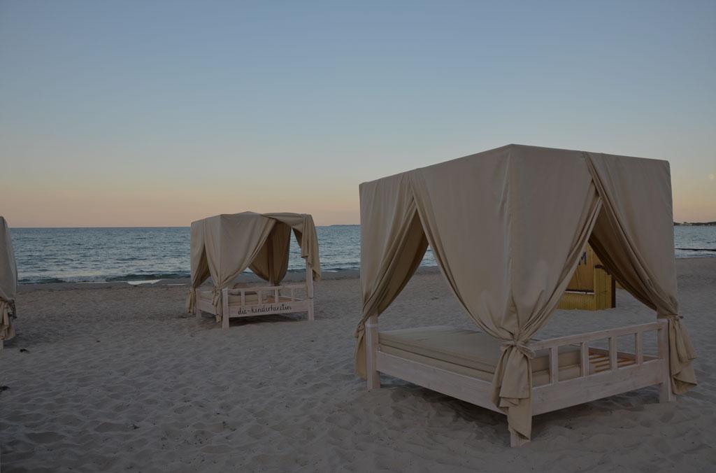 Ostsee Meermomente Himmelbetten am Strand Abenddämmerung die-kinderherztin Ostseemomente