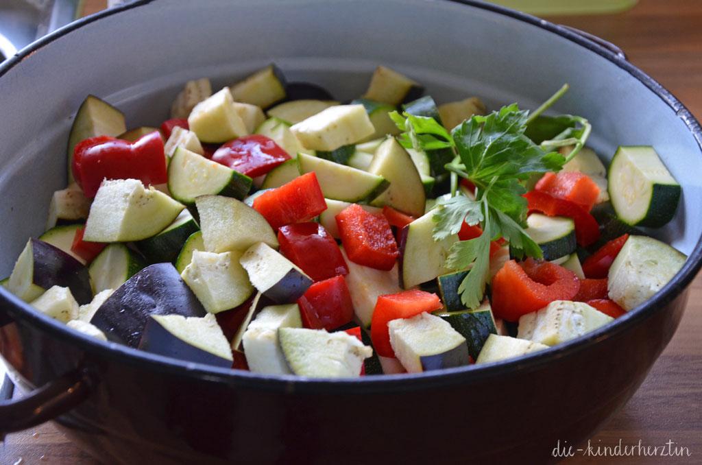 Ratatouille Rezepte geschnittenes Gemüse in Schüssel