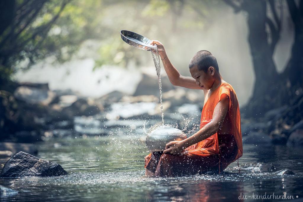 Reise Thailand Mönch am Fluß