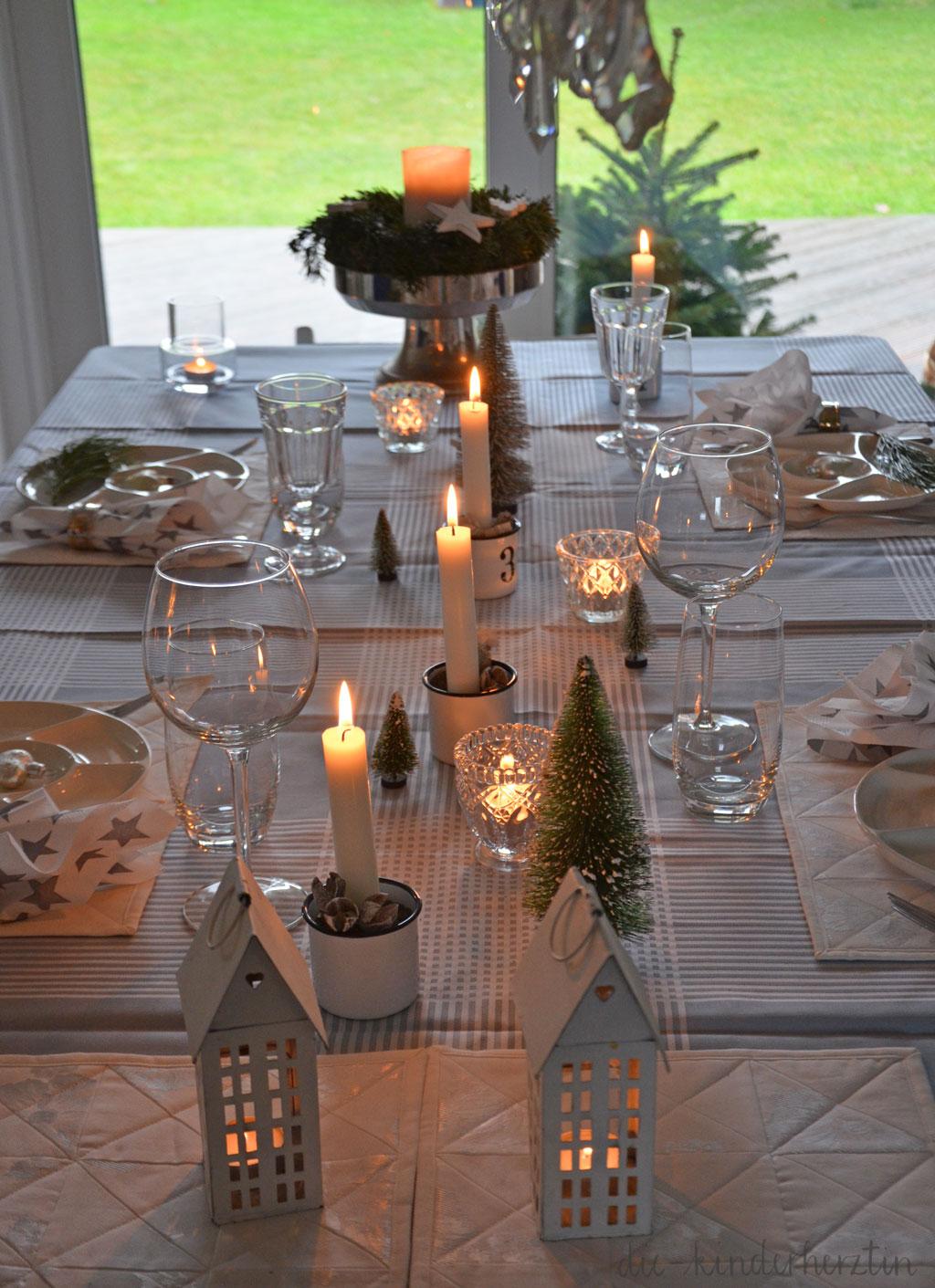 Weihnachten 2017 Tisch-Deko mit Kerzen und Tannenbäumchen die-kinderherztin