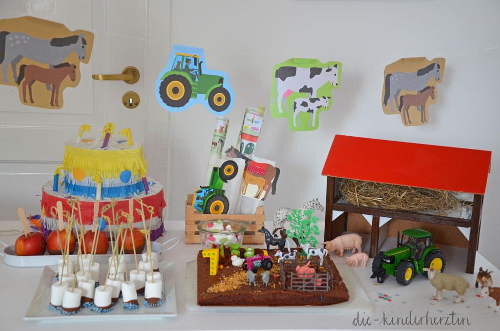 Mottoparty Bauernhof Kindergeburtstag Geburtstagstisch mit Schleichtieren, Pinata, Kuchen und Süßigkeiten