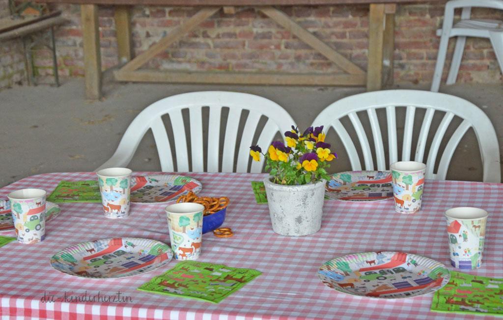 Mottoparty Bauernhof Kindergeburtstag Geburtstagstisch mit Bauernhof-Tischdeko in der Scheune
