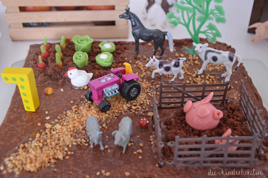 Mottoparty Bauernhof Kindergeburtstag Bauernhof-Geburtstagskuchen mit Tieren aus Fondant