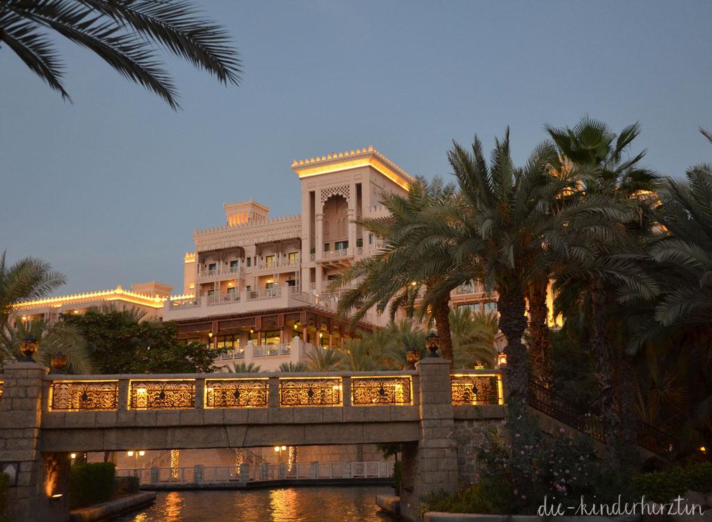 Dubai Dar al Masyaf Unterkunft Außenanalge am Abend