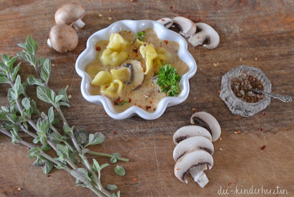 Rezept Sacchettini mit Pilzfüllung in Champignonsoße fertiges Gericht mit Kräutern und Pilzen