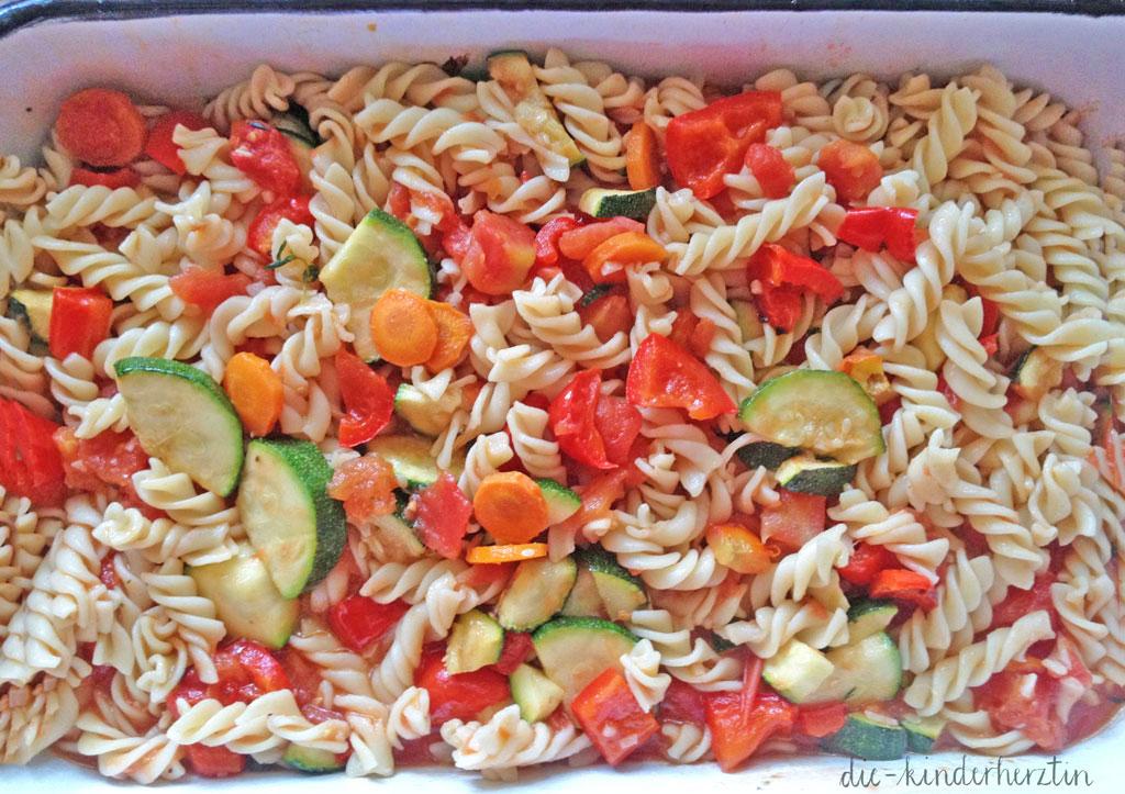 Zubereitung Ofengemüse-Nudel-Auflauf: buntes Gemüse mit Nudeln in einer Auflaufform