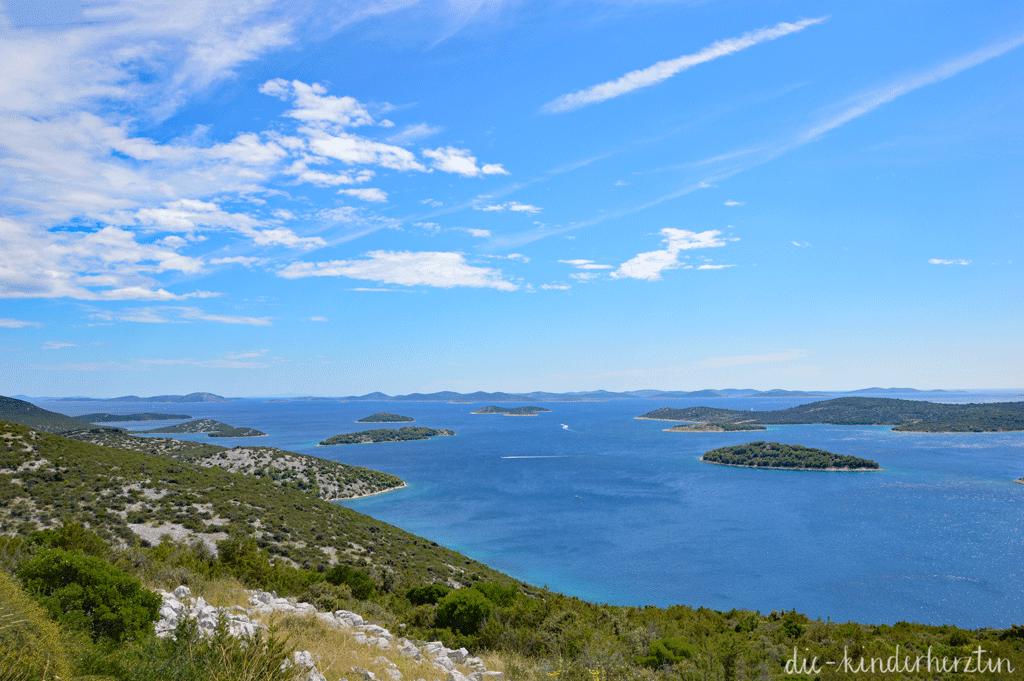 Kroatien Blick auf kleine Inseln im Meer