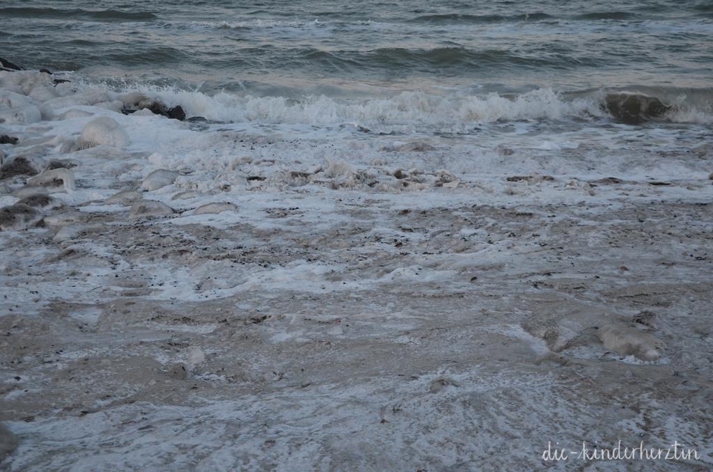 Winterwunderstrand Lübecker Bucht Strand Wellen vereister Sand