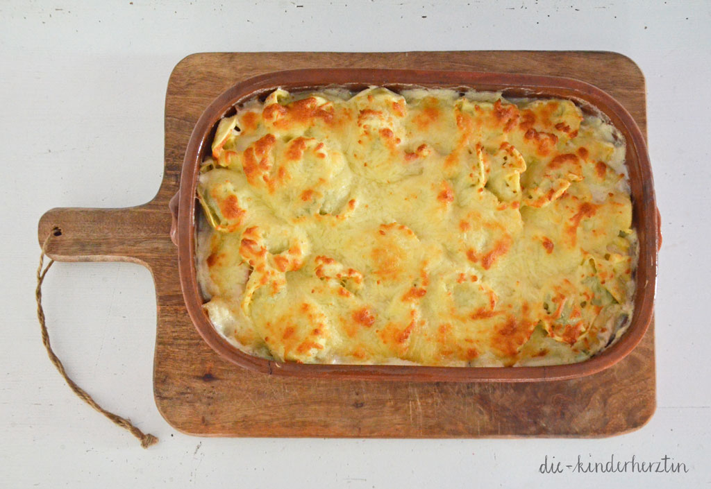 Tortellini in Schinken-Sahne-Soße: fertiges Gericht in Auflaufform