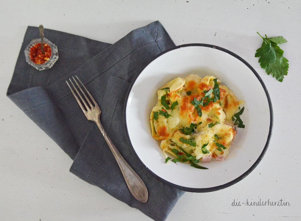 Tortellini in Schinken-Sahne-Soße: fertiges Gericht auf einem Teller