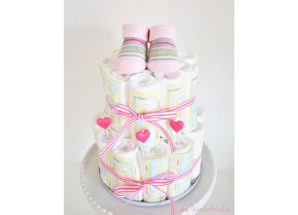 Windel-Torte die-kinderherztin Torte aus Windeln und Deko auf Tortenständer