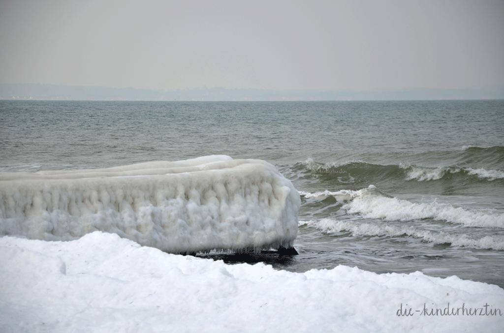 Ostsee im Schnee- und Eisgewand, zugefrorener Steg am Meer