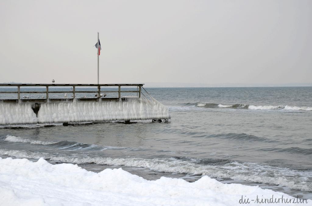 Ostsee im Schnee- und Eisgewand, Gefrorener Steg mit Eiszapfen am Meer
