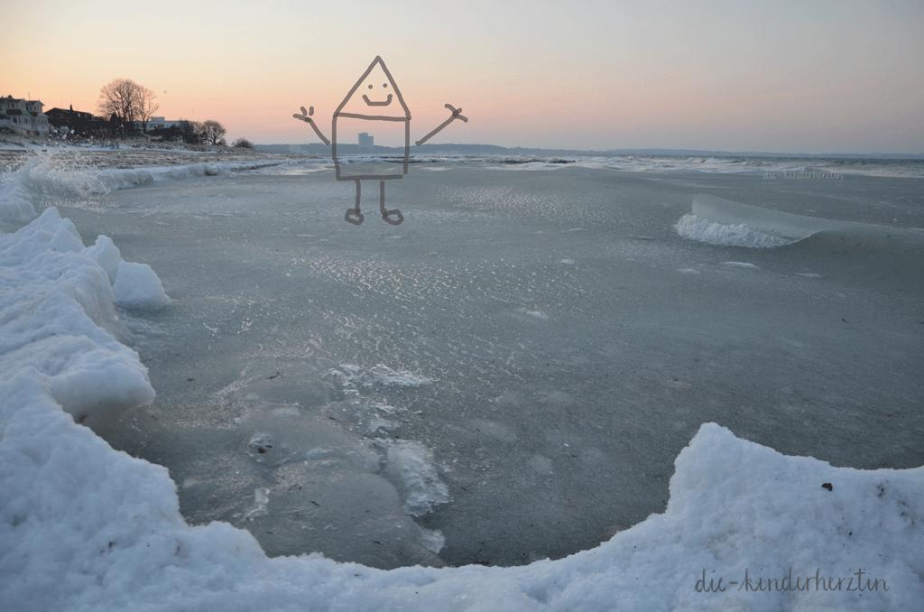 Ostsee im Schnee- und Eisgewand, Halbgefrorenes Meer im Sonnenuntergang an verschneiter Küste, Auflösung eines Rätsels und wegretuschierten Gebäudes