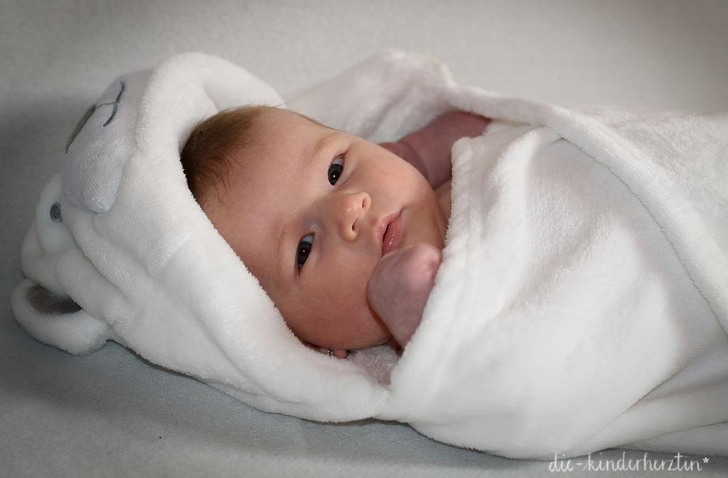 Der Kreißsaal: ein neugeborenes Baby im Handtuch