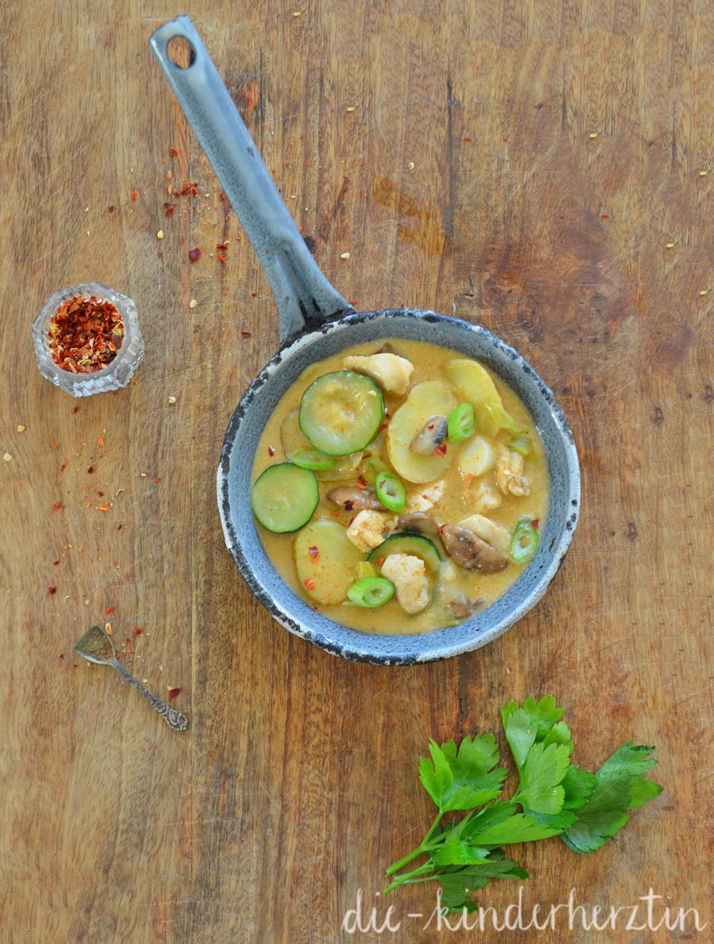 Hühnchen-Gemüse-Eintopf: fertiges Gericht in einer Pfanne