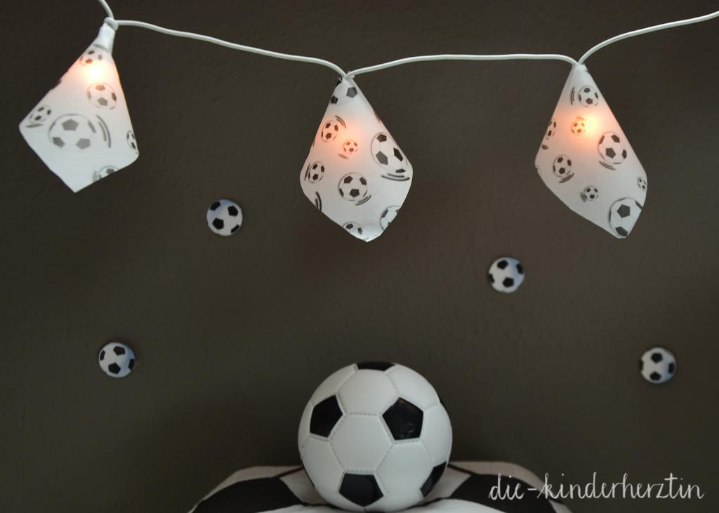 Fußball-Lichterkette und Fußball